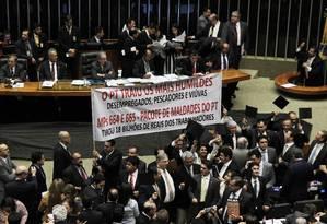 Deputados da oposição abriram uma faixa no plenário com críticas e acusações de que o PT traiu sua base popular Foto: Jorge William / Agência O Globo