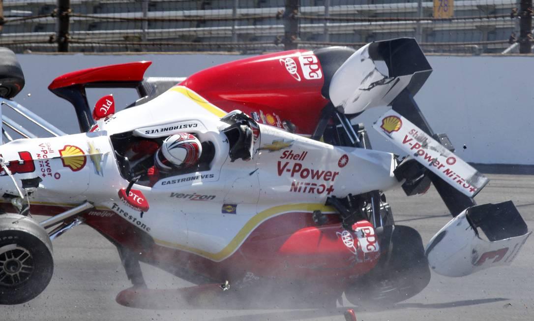 O brasileiro Helio Castroneves escapou ileso de um grave acidente nesta quarta-feira, no treino para as 500 milhas de Indianápolis, da Fórmula-Indy Tom Hemmer / AP