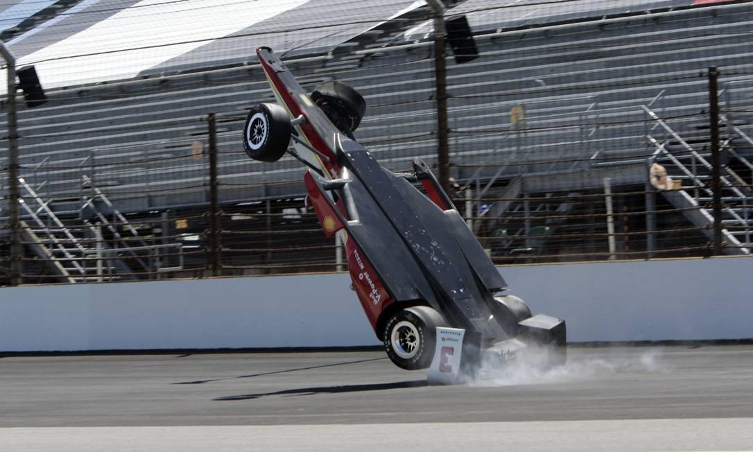 A Penske se choca violentamente no solo durante a batida em Indianápolis Joe Watts / AP