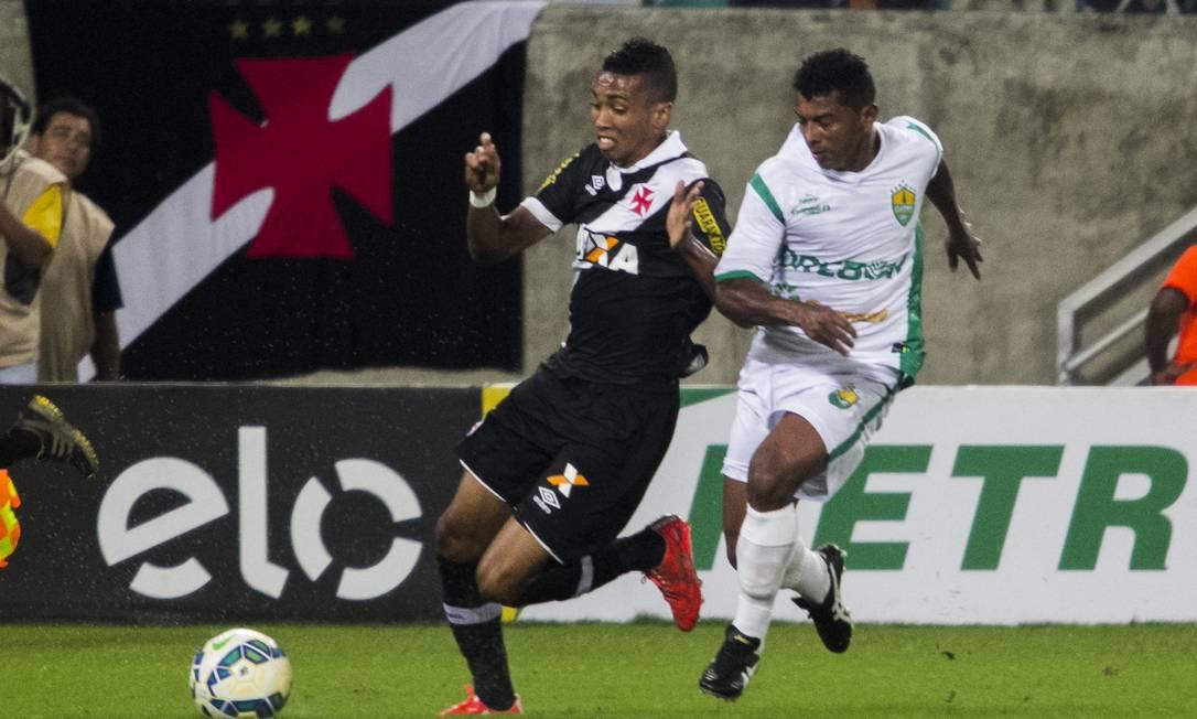 Mádson é acompanhado de perto por um jogador do Cuiabá Divulgação / Vasco da Gama