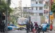 PMs fazem blitz Rua Almirante Alexandrino: moradores de Santa Teresa amanheceram nesta quarta-feira com cerco policial nas ruas, mas medo de tiros continua