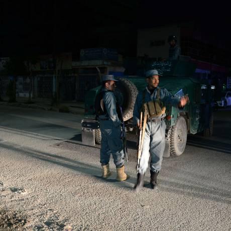 Policiais afegãos próximos ao Park Palace, local do ataque que terminou na morte de um americano e dois indianos Foto: FARSHAD USYAN / AFP