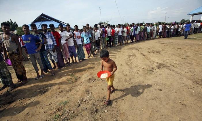 Imigrantes fazem fila para receber alimentos em abrigo em Lapang, na Malásia Foto: Binsar Bakkara / AP