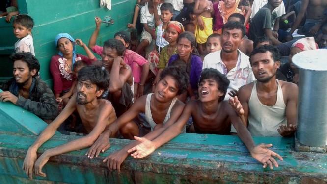 Imigrantes do grupo étnico Rohingya são vistos em um barco ao longo da ilha tailandesa de Koh Lipem, no Mar de Andaman Foto: CHRISTOPHE ARCHAMBAULT / AFP