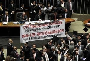 Oposição levou faixa contra o Partido dos Trabalhadores em votação da MP 664 Foto: Jorge William / Agência O Globo 14/05/2015