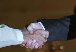 Aperto de mão forte indica mais saúde e menos risco de doenças do coração e AVC Foto: AP
