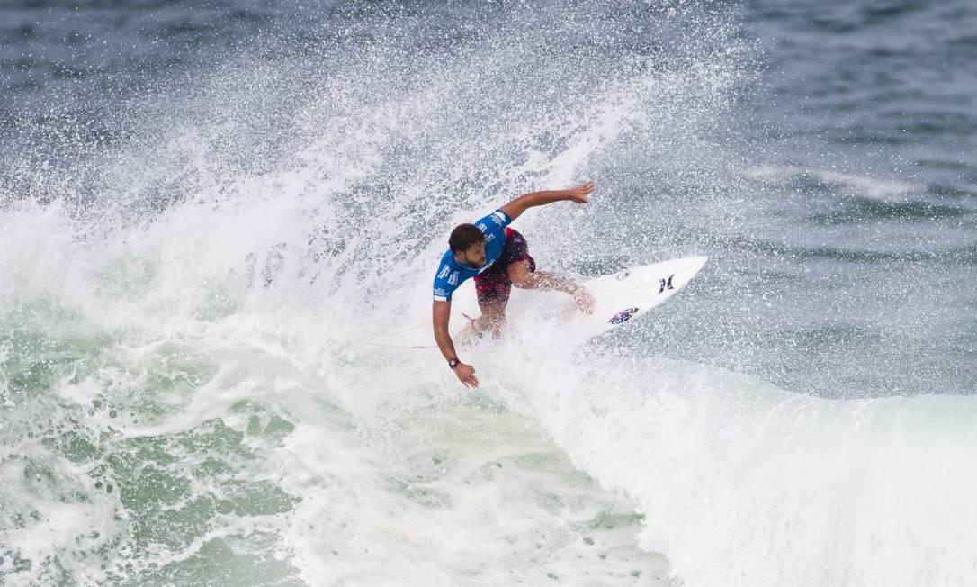 Alejo Muniz em ação na etapa carioca do Circuito Mundial de surfe, na Praia da Barra da Tijuca Guito Moreto / Agência O Globo