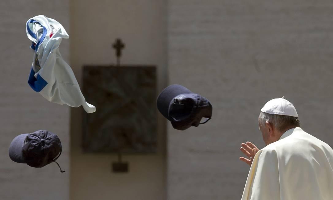 Devotos jogam chapeus e camisetas para o alto diante do Papa Francisco Foto: Alessandra Tarantino / AP