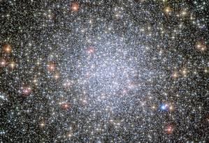 O denso aglomerado estelar 47 Tucanae, onde os astrônomos identificaram dois grupos de estrelas anãs-brancas em estágios diferentes da sua migração para a periferia do objeto Foto: Nasa/ESA/Hubble