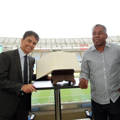 Bebeto, Andrade e Jorginho posam ao lado do Livro de Ouro do Maracanã: os três foram homenageados no estádio Foto: Cezar Loureiro