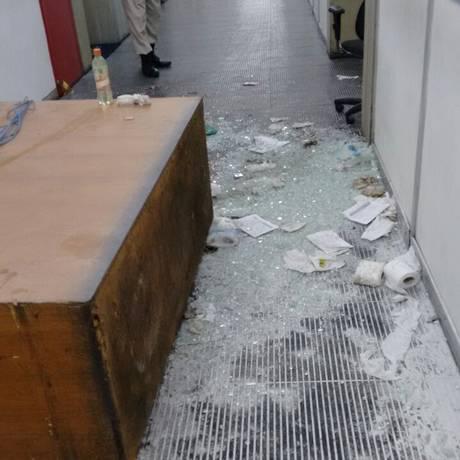 Confusão na noite de quarta-feira deixou rastro de destruíção Foto: Foto da leitora Edna Siqueira