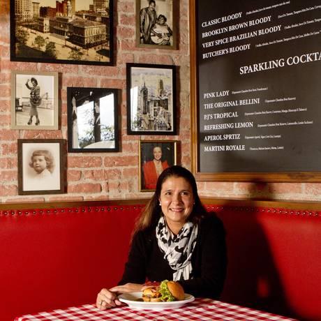 Direto de Nova York. A sócia Patrícia Madeira no P.J. Clarke's da Barra, que mantém as características da matriz Foto: Bia Guedes