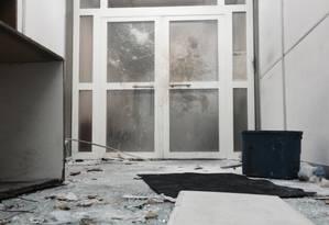 Ato contra problemas de manutenção da Uerj acabou em depredação Foto: Luiz Gustavo Schmitt / O Globo