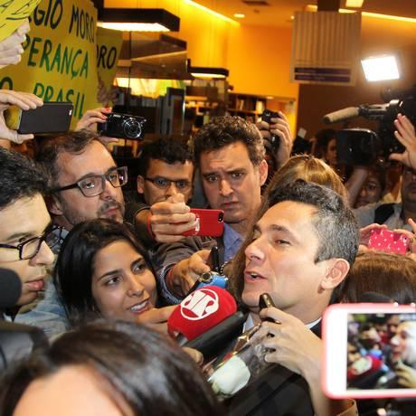 Cercado pela imprensa e por manifestantes, Moro foi estrela da noite em livraria de SP Foto: Michel Filho / Agência O Globo