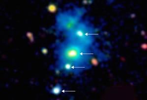 Imagem em cores falsas com base nas observações feitas com o telescópio Keck aponta o inédito quarteto de quasares com a brilhante, densa e grande nuvem de gás em torno deles, numa estrutura que se estende por mais de 1 milhão de anos-luz Foto: Divulgação/MPIA