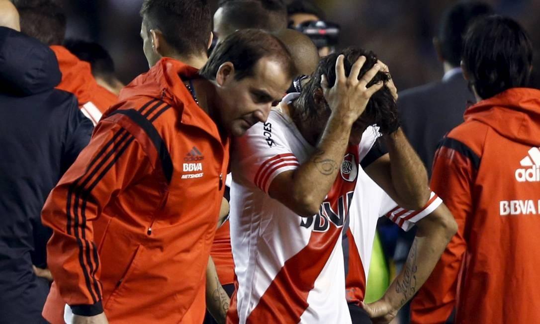 Na volta do intervalo do clássico diante do Boca Juniors, em La Bombonera, jogadores do River Plate foram atingidos por gás de pimenta, atirado pela torcida rival Foto: MARCOS BRINDICCI / REUTERS