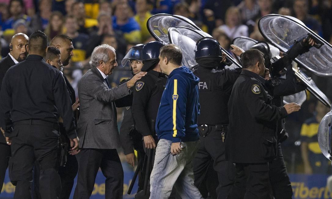 A polícia usa escudos para proteger dirigentes do River Plate Foto: ALEJANDRO PAGNI / AFP