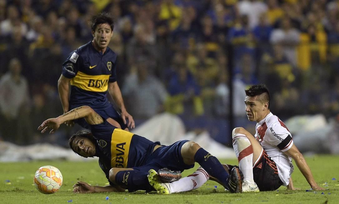 Com a bola rolando, o primeiro tempo terminou empatado em 0 a 0. Esse resultado classifica o River, que venceu o primeiro jogo por 1 a 0. O time que avançar enfrenta o Cruzeiro nas quartas da Libertadores JUAN MABROMATA / AFP