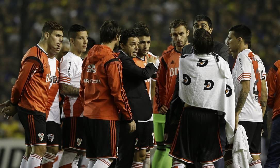 O técnico do River, Marcelo Gallardo, conversa com seus jogadores durante a paralisação da partida Foto: Natacha Pisarenko / AP