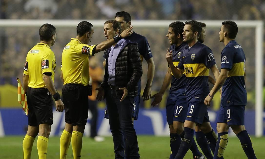 Rodolfo Arruabarrena, técnico do Boca Juniors, discute com o árbitro durante a interrupção da partida Foto: Victor R. Caivano / AP