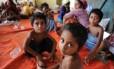 Um grupo de crianças imigrantes resgatadas, a maioria rohingya de Mianmar e Bangladesh, são levadas para centro de acolhimento em Aceh