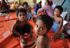 Um grupo de crianças imigrantes resgatadas, a maioria rohingya de Mianmar e Bangladesh, são levadas para centro de acolhimento em Aceh Foto: CHAIDEER MAHYUDDIN / AFP