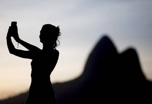 Em busca do selfie perfeito, mulheres jovens tiram em média seis fotos até encontrar a ideal Foto: Pedro Kirilos / Agência O Globo
