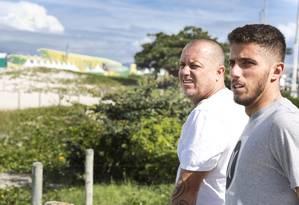 Filipe Toledo ao lado do pai, que é seu treinador e orientador Foto: Guito Moreto / Agência O Globo