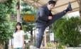 Arte marcial? Executivo dá chute no ar observado pela filha em foto de Yuki Ayoma