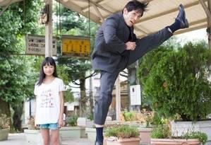 Arte marcial? Executivo dá chute no ar observado pela filha em foto de Yuki Ayoma Foto: Yuki Ayoma / Reprodução Facebook