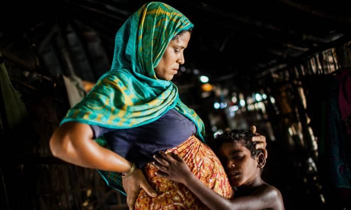 Grávida, a rohingya Nur Nahar é abraçada por seu filho do meio. A família tenta a sorte indo para a Malásia após já ter migrado para Bangladesh Foto: Saiful Huq Omi / Acnur