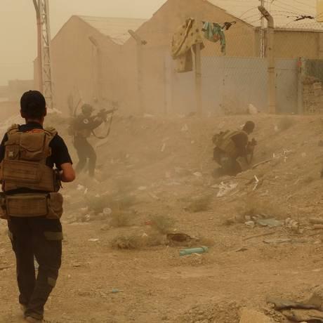 Forças de segurança iraquianas combatem extremistas do Estado Islâmico na parte leste de Ramadi, na província de Anbar Foto: STRINGER/IRAQ / REUTERS
