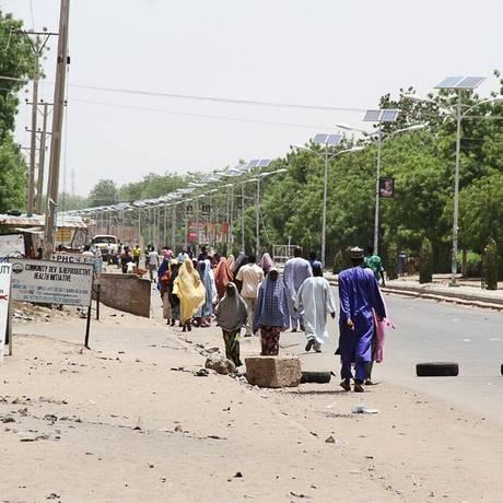Nigerianos caminham pela estrada após fugirem da violência do Boko Haram, em Maiduguri Foto: STRINGER / REUTERS