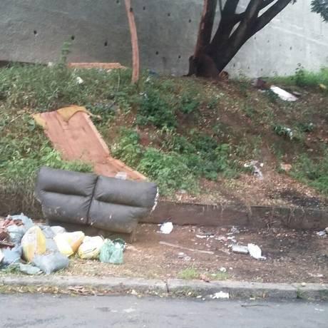 Lixão. Detritos espalhados pela calçada próxima a escola municipal incomodam moradores do Engenho Novo Foto: Foto da leitora Cláudia Amaral / Foto da leitora Cláudia Amaral