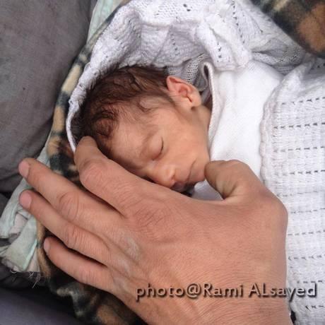 Amira, fotografada com apenas dois meses, virou um símbolo da resiliência síria Foto: Rami al-Sayed / UNRWA