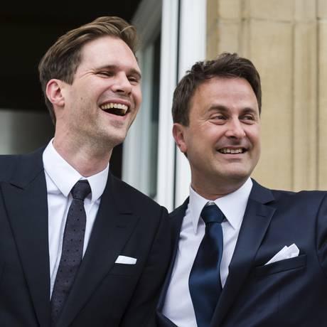 Primeiro-ministro de Luxemburgo, Xavier Bettel (direita), acena para a multidão após casamento civil com o parceiro Gauthier Destenay Foto: Geert Vanden Wijngaert / AP