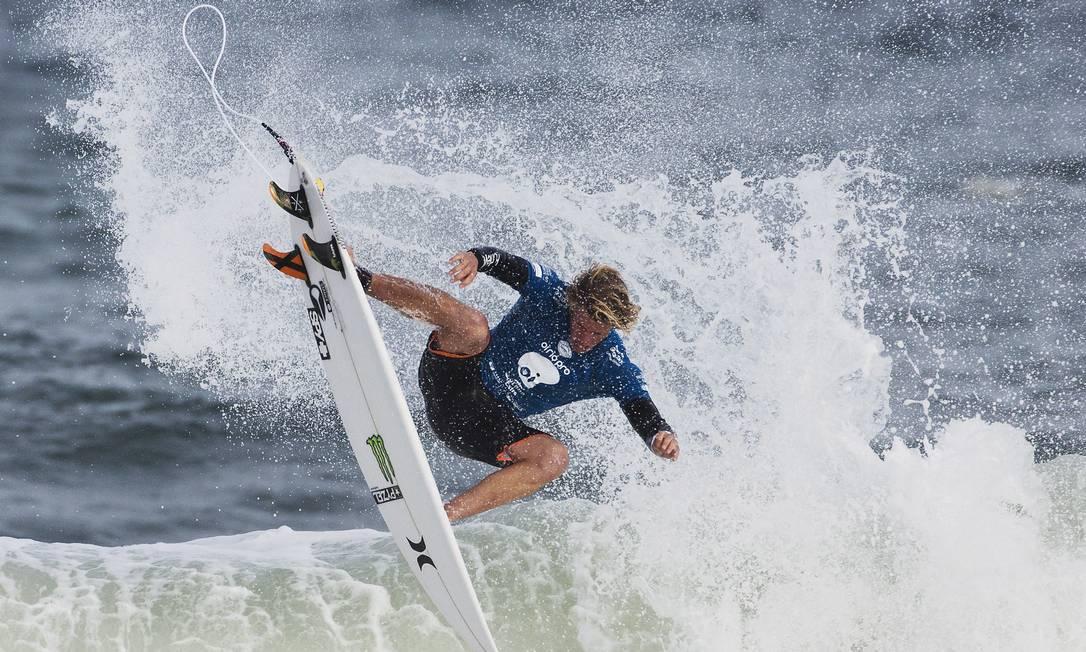 John John Florence dá um aéreo na Barra Guito Moreto / Agência O Globo