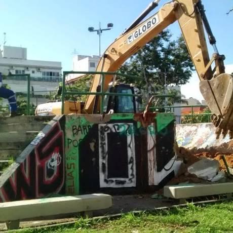 Momento da demolição da pista de skate, numa praça no Recreio Foto: Divulgação/Subprefeitura Barra e Jacarepaguá