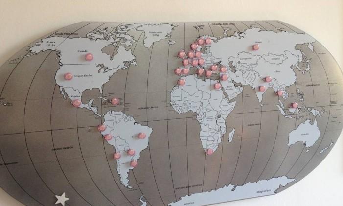 Painel magnético com imãs para guardar recados e marcar países Foto: Divulgação