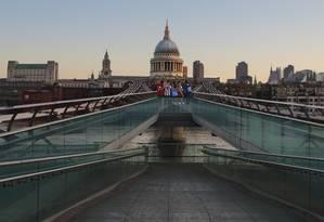 A Millenium Bridge, que corta o Rio Tâmisa, em Londres, rumo à catedral de St. Paul, é vista em Harry Potter Foto: Richard Allen / Britain on View/Divulgação