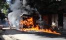 Na Rua Campos da Paz, no Rio Comprido, chamas tomam o segundo ônibus: quatro bandidos encapuzados cercaram e atearam fogo ao veículo, próximo a uma das entradas do Complexo do Morro de São Carlos Foto: José Lucena / Futura Press-Folhapress