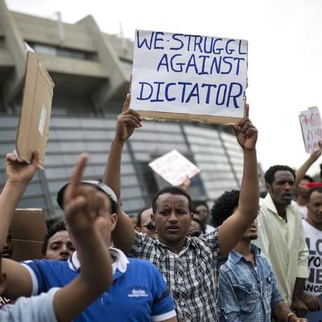 Manifestação. Refugiados protestam contra governo da Eritreia em frente a embaixada Foto: BAZ RATNER/REUTERS