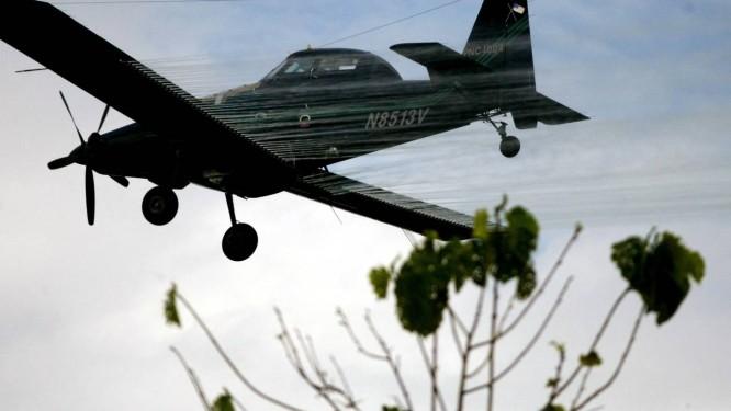 Um avião borrifa veneno nos campos de coca colombianos, em 2006 Foto: William Fernando Martinez / ASSOCIATED PRESS