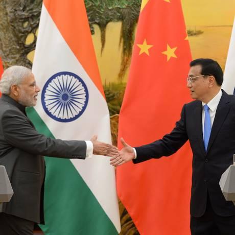 Narendra Modi (esquerda) cumprimenta o primeiro-ministro chinês Li Keqiang no Grande Salão do Povo, em Pequim Foto: Kenzaburo Fukuhara / AFP