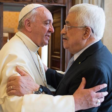Francisco e Abbas encontraram-se dias depois do Vaticano reconhecer a Palestina como um Estado Foto: AFP