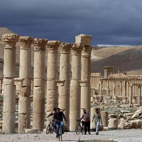Há pouco mais de um ano: sírios passeiam de bicicleta na antiga cidade oásis de Palmira, a 215 km a nordeste de Damasco Foto: JOSEPH EID / AFP
