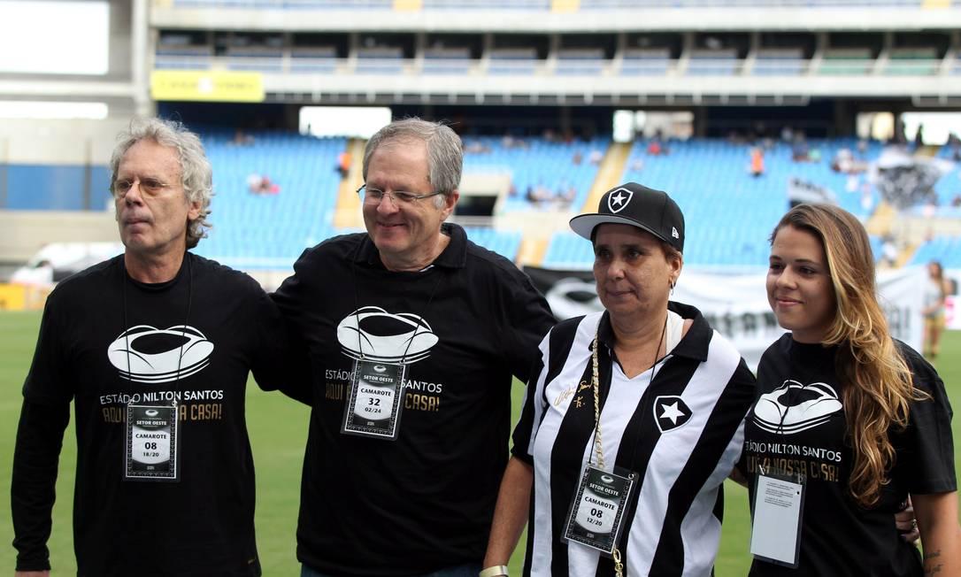 Família de Nilton Santos é homenageada pelo presidente do Botafogo Cezar Loureiro / Agência O Globo