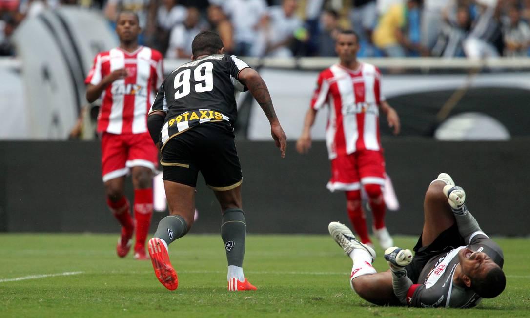 Com o goleiro Júlio César caído e se lamentando, Bill corre para comemorar o gol que abriu o placar para o Botafogo Cezar Loureiro / Agência O Globo