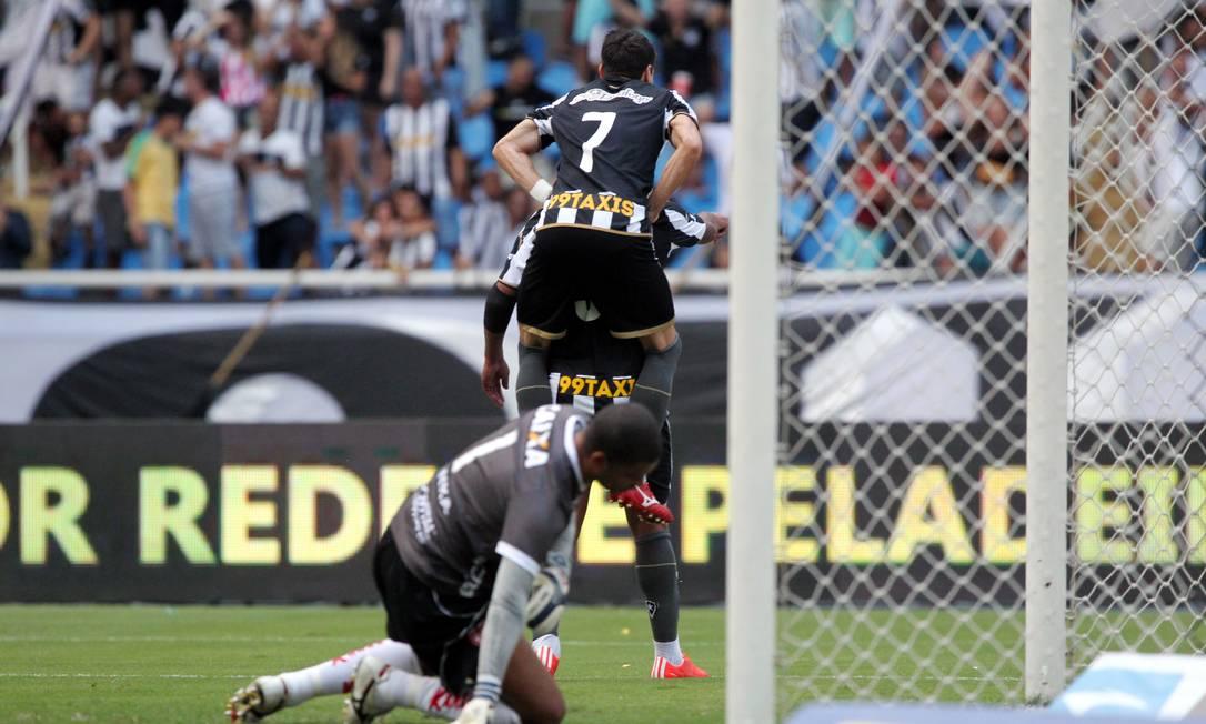 Bill é abraçado por Pimpão ao fazer 1 a 0 para o Botafogo Cezar Loureiro / Agência O Globo