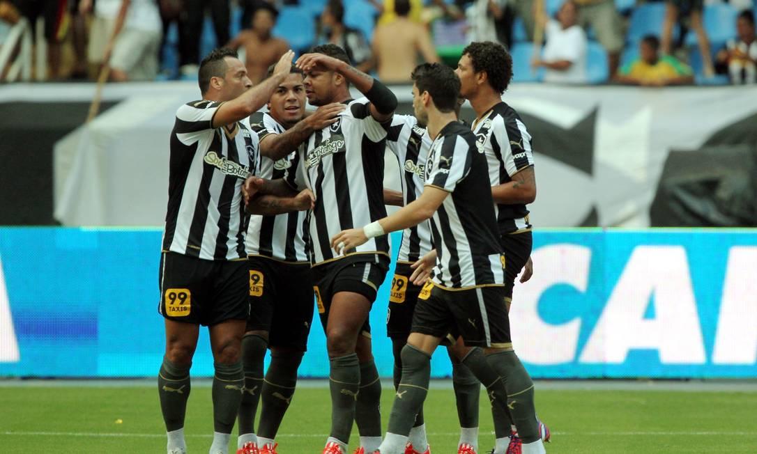 Daniel Carvalho, Carleto, Arão e Pimpão comemoram o gol de Bill, ao centro Cezar Loureiro / Agência O Globo